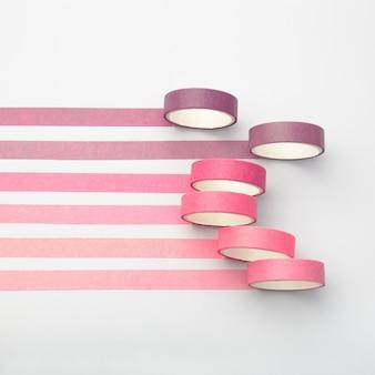 Rouleaux de ruban adhésif et bandes parallèles