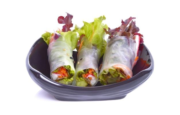 Rouleaux de salade dans une assiette