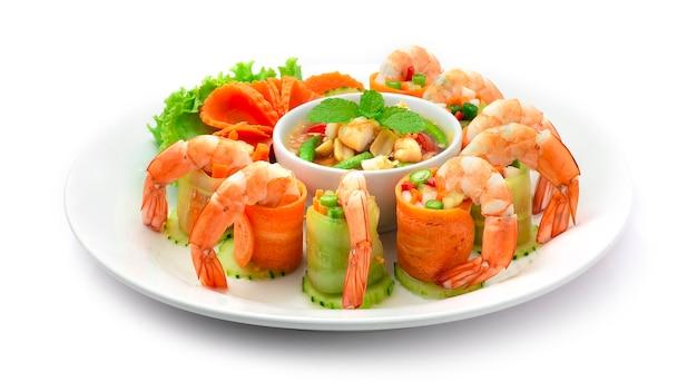 Rouleaux de salade épicée à la papaye avec crevettes thai food style fusion servi sauce épicée