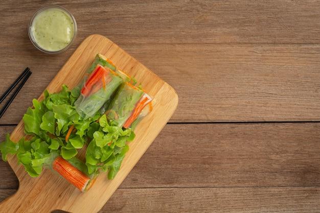 Rouleaux de salade de légumes frais imitation goberge