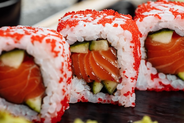 Rouleaux de style sushi de californie, avec des légumes crus, fond de frontière alimentaire