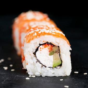 Rouleaux de sushi alignés