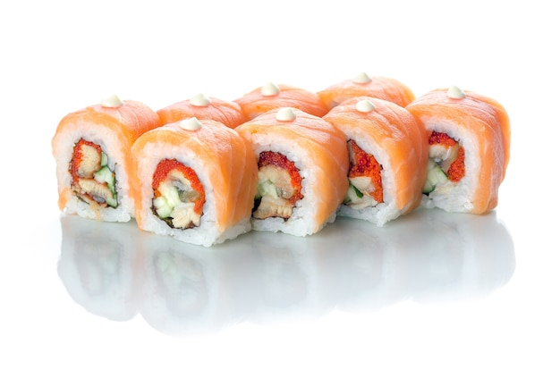 Rouleaux de sushi à l'anguille et au saumon avec des gouttelettes de mayonnaise japonaise