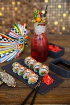 Rouleaux de sushi au saumon et concombre recouverts de thon