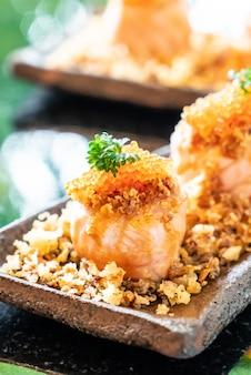 Rouleaux de sushi au saumon avec sauce
