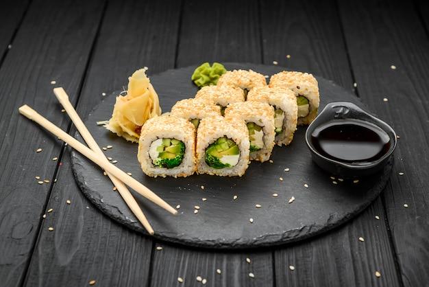 Rouleaux de sushi au sésame avec avocat et fromage à la crème