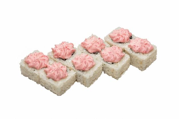 Rouleaux de sushi aux fruits de mer et légumes. peint avec une sauce multicolore de fromage à pâte molle.