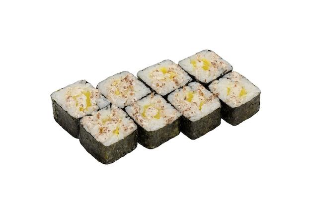 Rouleaux de sushi de cuisine japonaise à l'ananas sur fond blanc gros plan isolé tourné en studio