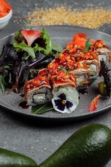 Rouleaux de sushi de cuisine japonaise traditionnelle à l'anguille