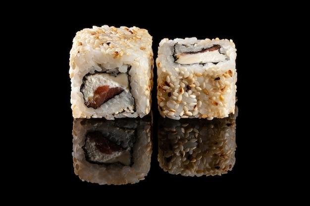 Rouleaux de sushi avec différentes garnitures