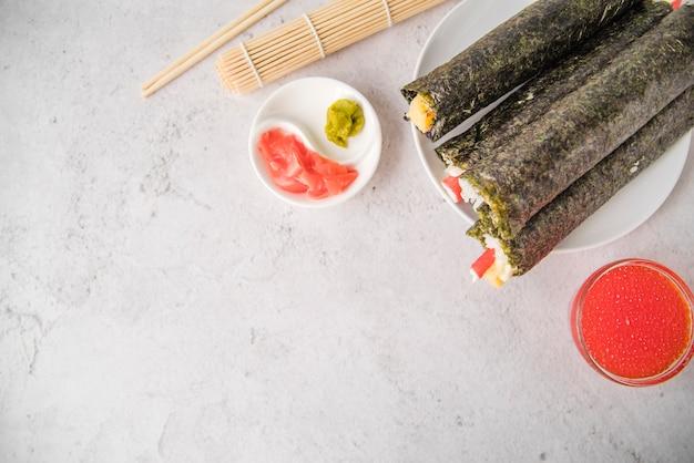 Rouleaux de sushi avec espace de copie