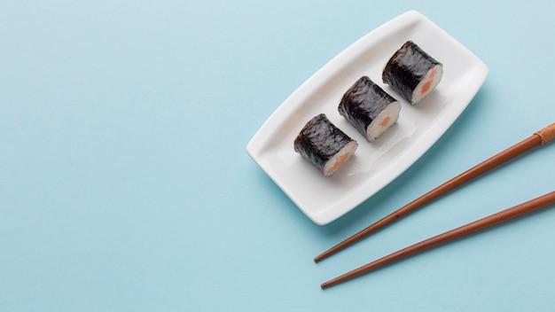 Rouleaux de sushi frais et baguettes avec espace copie