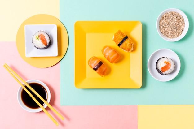 Rouleaux de sushi frais sur plaque
