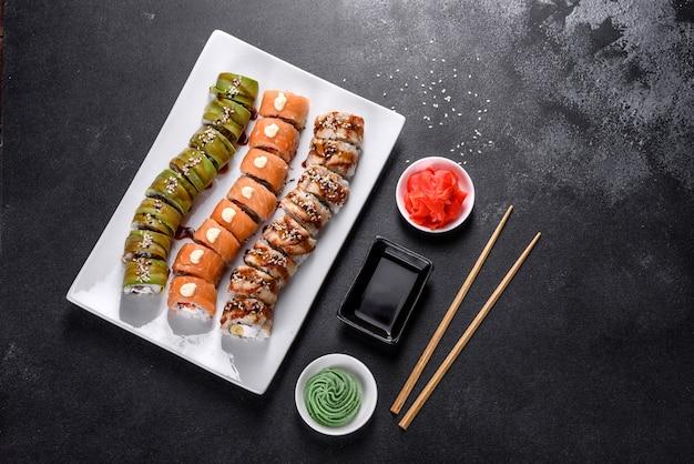 Rouleaux de sushi frais et savoureux disposés sous la forme d'un dragon au gingembre et au wasabi. cuisine japonaise