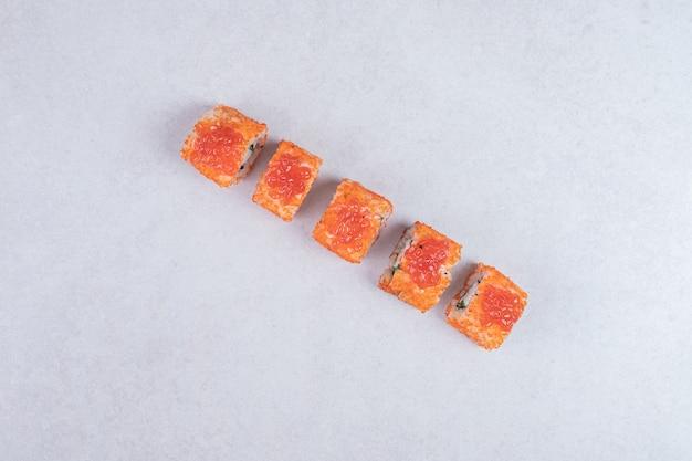 Rouleaux de sushi frais traditionnels sur fond blanc.