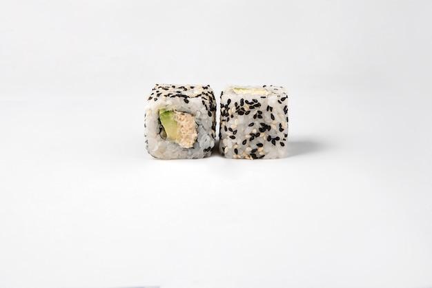 Rouleaux de sushi japonais frais traditionnels sur une surface blanche