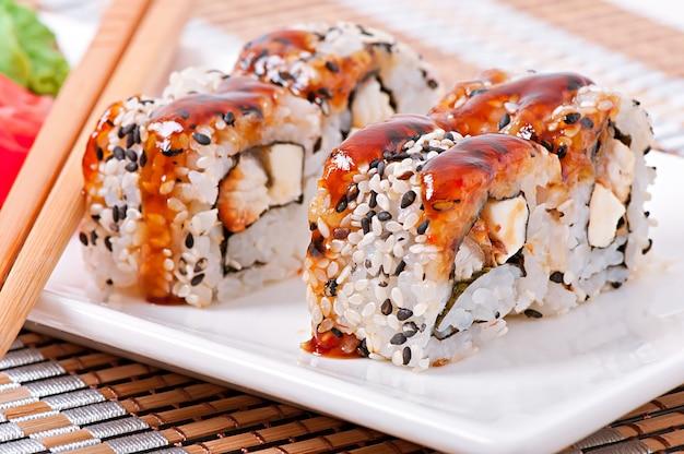 Rouleaux de sushi japonais frais traditionnels