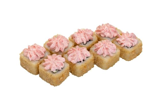 Rouleaux de sushi maki panés et cuits au four avec sauce petits pains chauds sur blanc isolé
