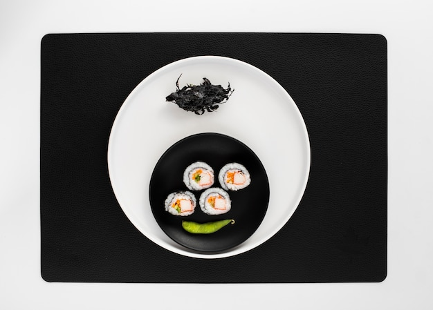 Rouleaux de sushi maki plats avec haricot edamame