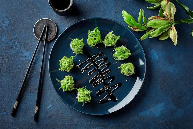Rouleaux de sushi maki avec sauce aux algues chuka, asperges, poivrons et noix