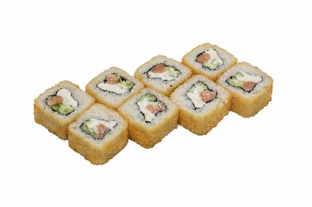 Rouleaux-sushi panés, avec fromage à pâte molle et salman.