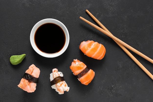 Rouleaux de sushi à plat sur plaque
