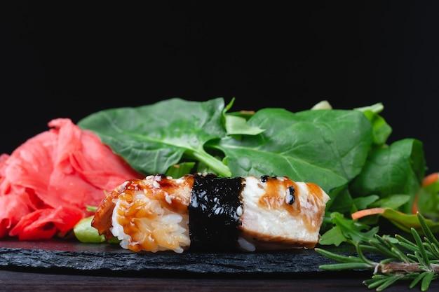 Rouleaux de sushi avec riz, herbes et sauce soja, gros plan