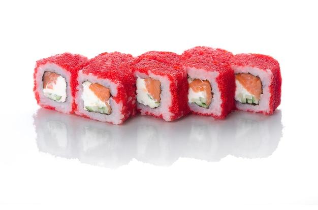 Rouleaux de sushi rouges au caviar à l'anguille et saumon aux gouttelettes de mayonnaise japonaise