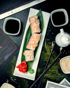 Rouleaux de sushi et sauce soja