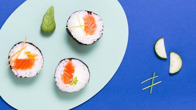 Rouleaux de sushi savoureux sur plaque