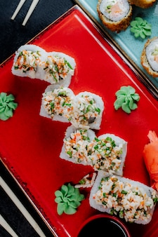 Rouleaux de sushi servis avec wasabi et gingembre