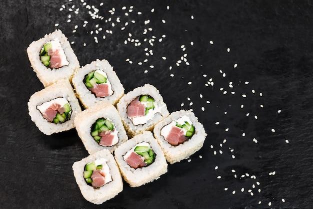 Rouleaux de sushi sur table