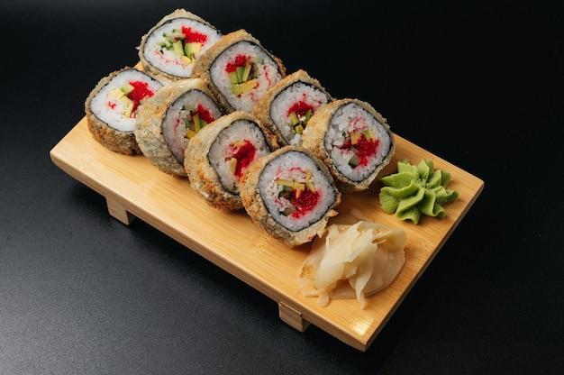 Rouleaux de sushi tempura de style cuisine japonaise traditionnelle