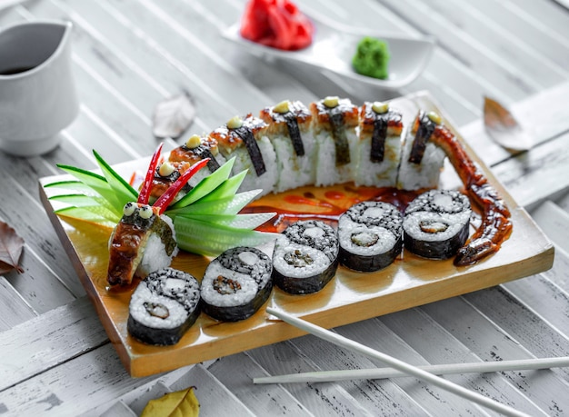 Rouleaux de sushi unagi servis en forme de dragon et sushi yin yang
