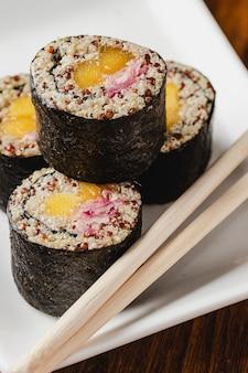 Rouleaux de sushi végétaliens avec quinoa, légumes et sauce soja