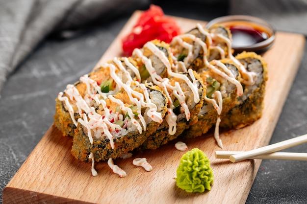 Rouleaux de tempura rôtis au crabe et sauce
