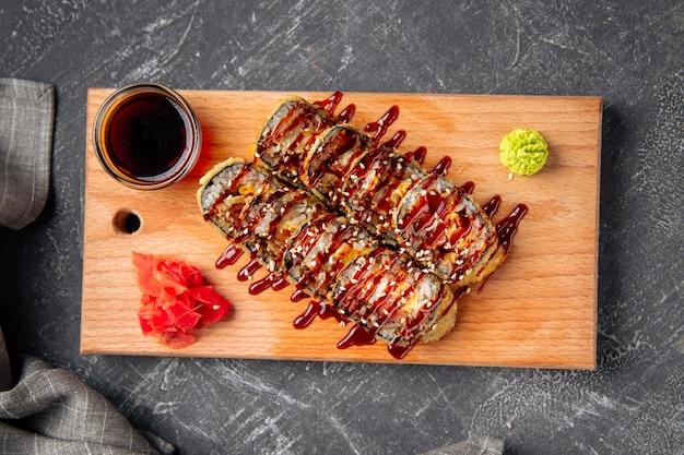 Rouleaux de tempura rôtis versés avec sauce unagi