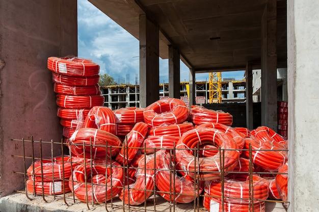 Rouleaux de tuyau ondulé sur le chantier de construction d'une maison monolithique