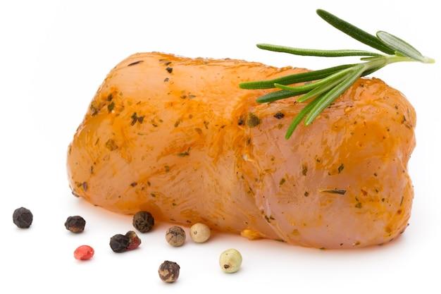 Rouleaux de viande de poulet isolés sur le blanc