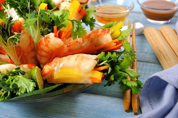 Rouleaux vietnamiens avec crevettes et légumes enveloppés dans du papier de riz