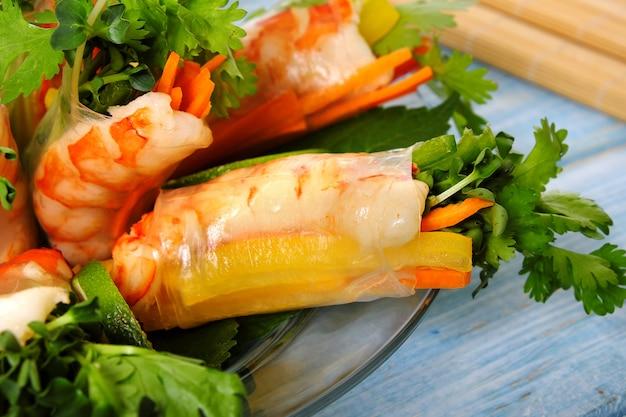 Rouleaux vietnamiens avec des crevettes et des légumes se bouchent