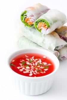 Rouleaux vietnamiens avec légumes, nouilles au riz et crevettes roses isolés sur blanc