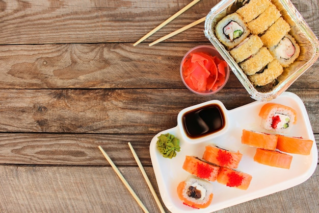 Rouleaux, wasabi, sauce soja, gingembre sur table. vue de dessus.