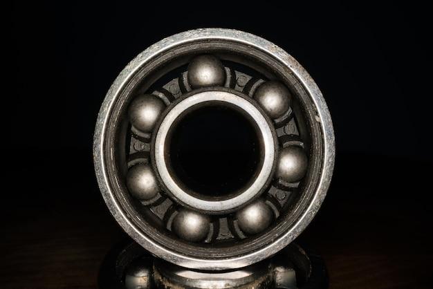 Roulement en acier inoxydable pour skateboards et patins à roulettes.
