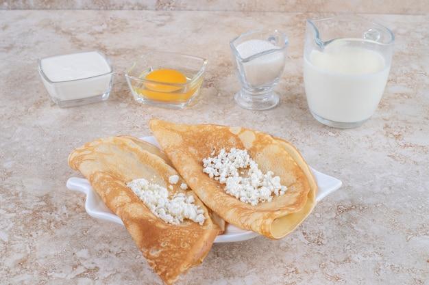 Rouler les crêpes au fromage cottage et au lait