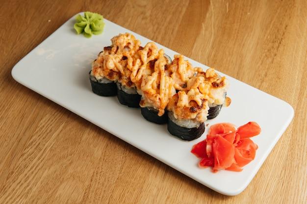 Rouler avec les crevettes et le chapeau de caviar masago.