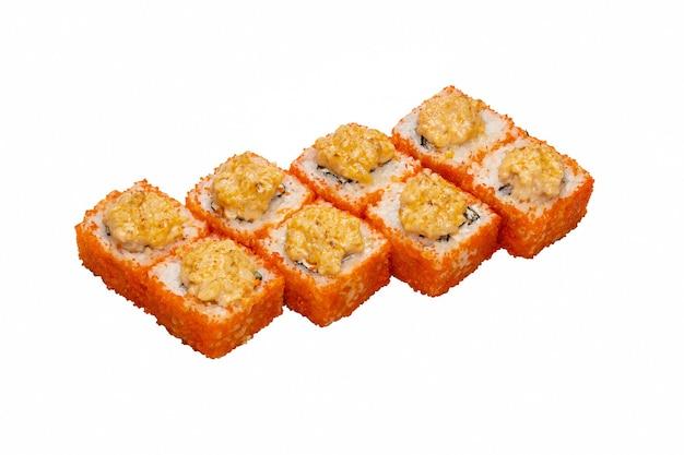 Rouler avec du caviar brillant de poisson volant (tobiko) et de la sauce d'en haut.