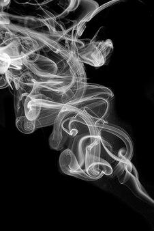Rouler la fumée blanche sur fond noir