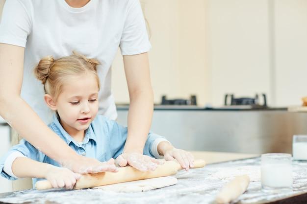 Rouler la pâte ensemble
