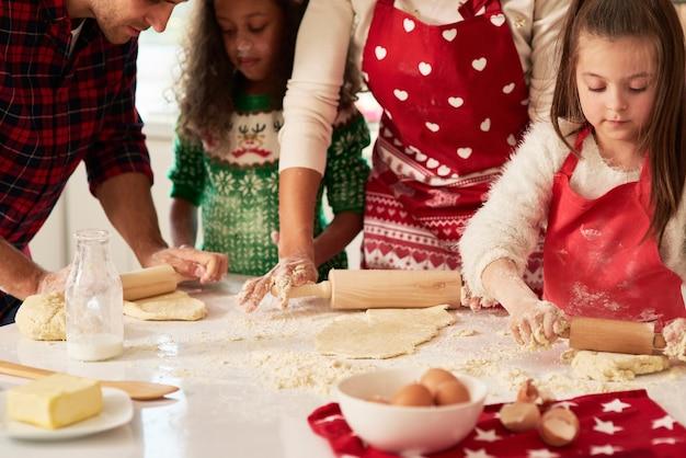 Rouler la pâte pour les biscuits de noël